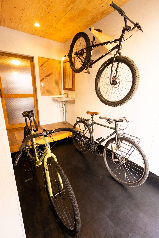 自転車やバイクが置ける土間のシンクがある玄関