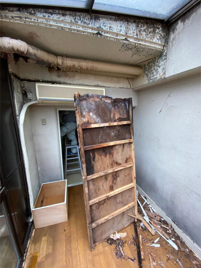 漏水で腐ってしまった扉