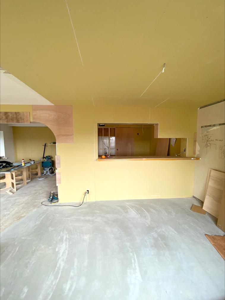 対面キッチンの開口部分の工事中写真